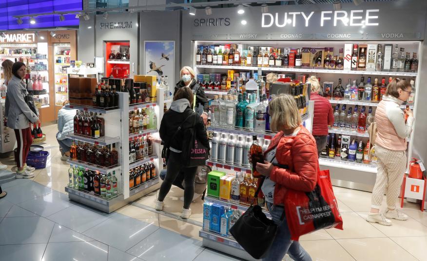Viajeros en el duty free del aeropuerto de Minsk, Bielorrusia.