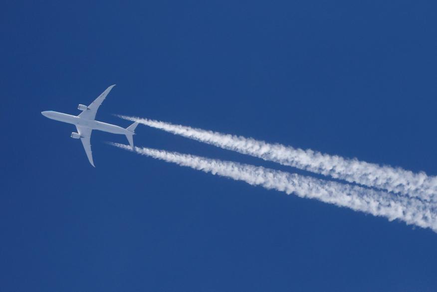 Un avión sobrevuela el cielo