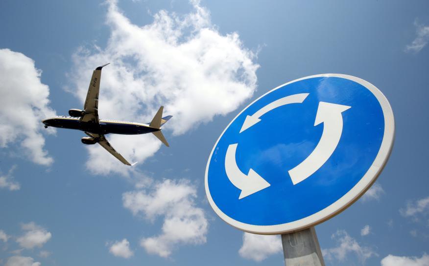 Un Boeing de Ryanair sobrevuela el aeropuerto de Barcelona-El Prat.