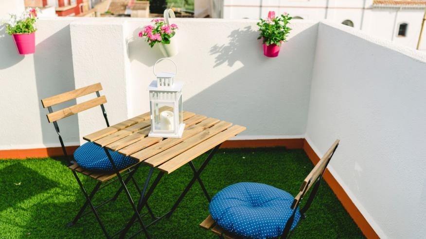 Césped artificial para terraza: cómo comprar e instalarlo en el balcón