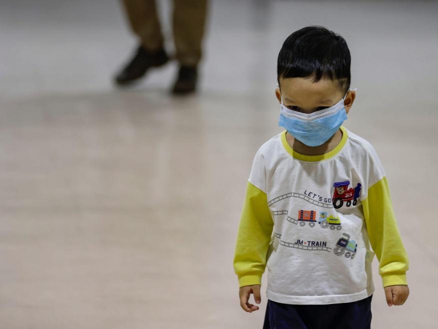 Un niño lleva una mascarilla en el Aeropuerto Internacional Ninoy Aquino de Manila, Filipinas, el 3 de febrero de 2020.