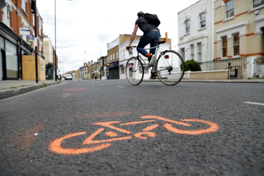 Un ciclista circula por un carril bici temporal en Londres.