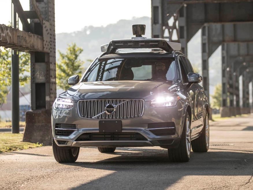 Un coche equipado con la tecnología de conducción autónoma de Uber.