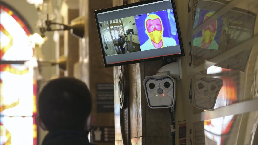Un control en Ucrania con cámara térmica por el coronavirus.