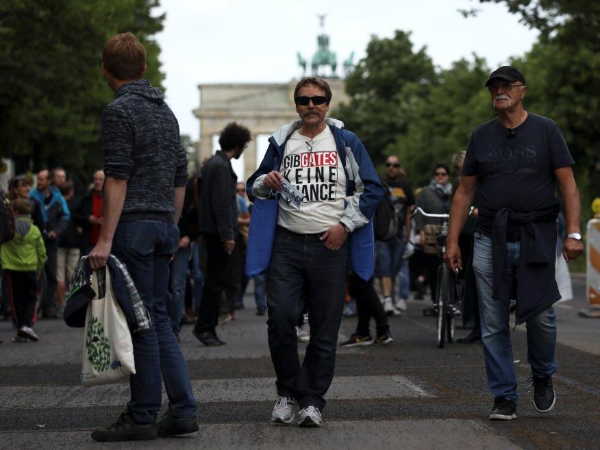 """Un manifestante muestra el eslogan """"no le dé una oportunidad a Gates"""" durante una protesta contra las restricciones del gobierno, en Berlín, Alemania, el 23 de mayo de 2020."""