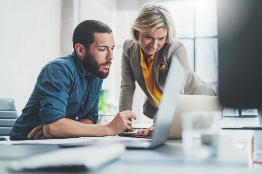Dos personas trabajan frente a un ordenador