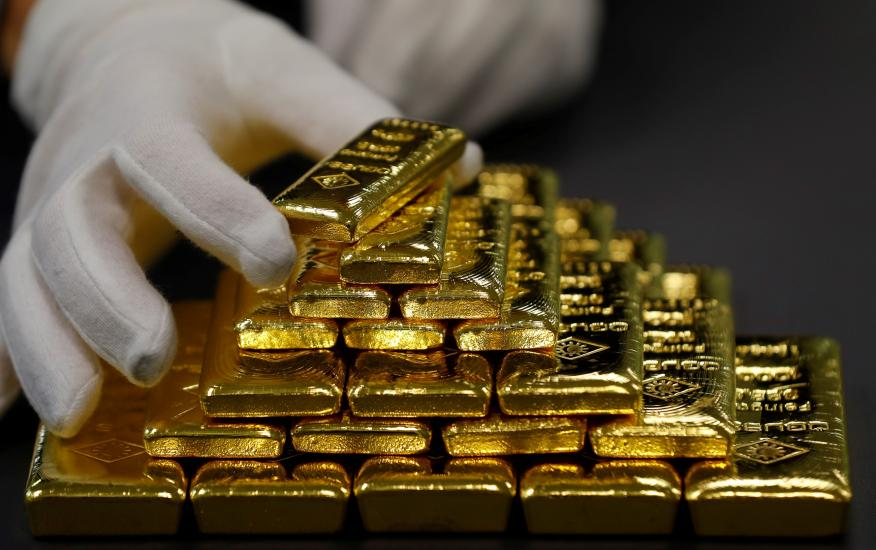 """Un empleado clasifica barras de oro en la planta de separación de oro y plata de Austria """"Oegussa"""" en Viena"""