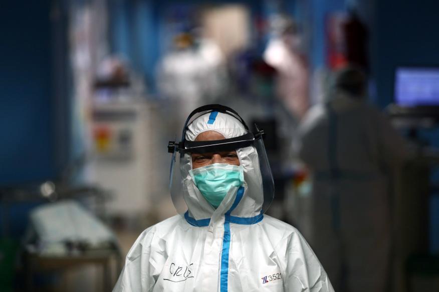 Una enfermera del Hospital Príncipe de Asturias de Alcalá de Henares trabajando en medio de la pandemia del coronavirus.