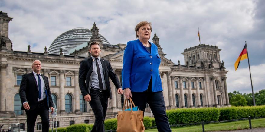 La canciller alemana Angela Merkel pasea con sus guardaespaldas por Berlín.