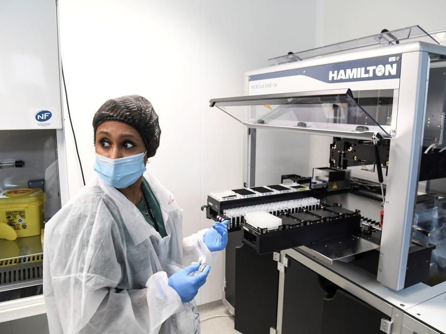 Una sanitaria comprobando un test de coronavirus.