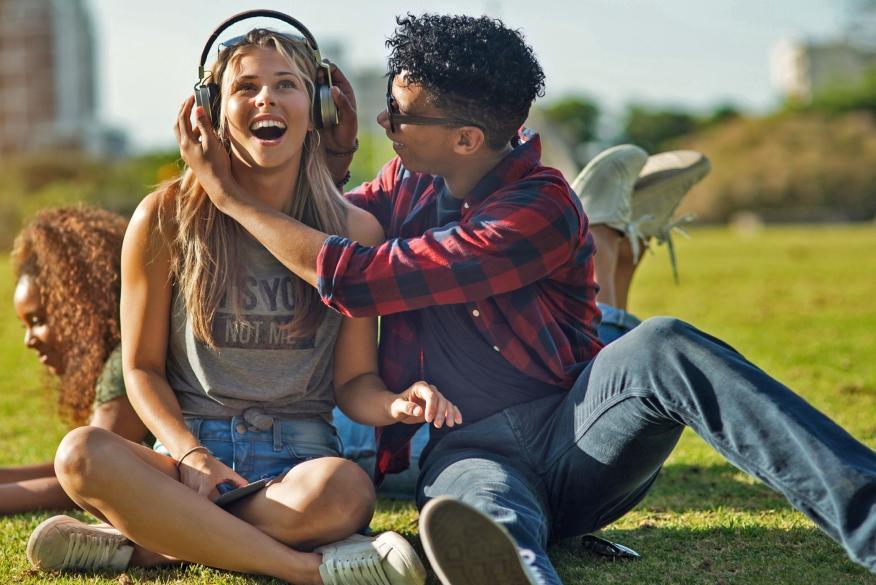 Jóvenes escuchando música