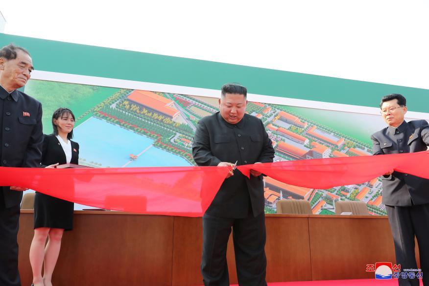 Kim Jong Un inaugura una plaza de fertilizantes en Sunchon (Corea del Norte).
