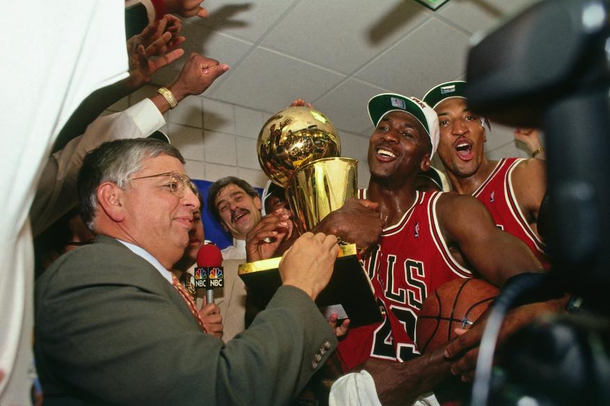 Michael Jordan levanta el título de campeón de la NBA en una escena del documental 'The Last Dance'.