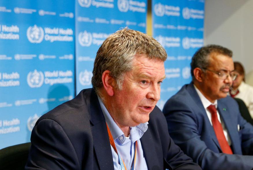 Mike Ryan, director ejecutivo del Plan de Emergencias de la Organización Mundial de la Salud, junto a Tedros Adhanom, director general de la Organización.