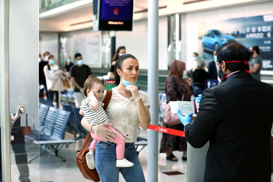 Una pasajera y un bebé antes de hacer el check in en el Aeropuerto Internacional de Dubai, Emiratos Árabes Unidos.