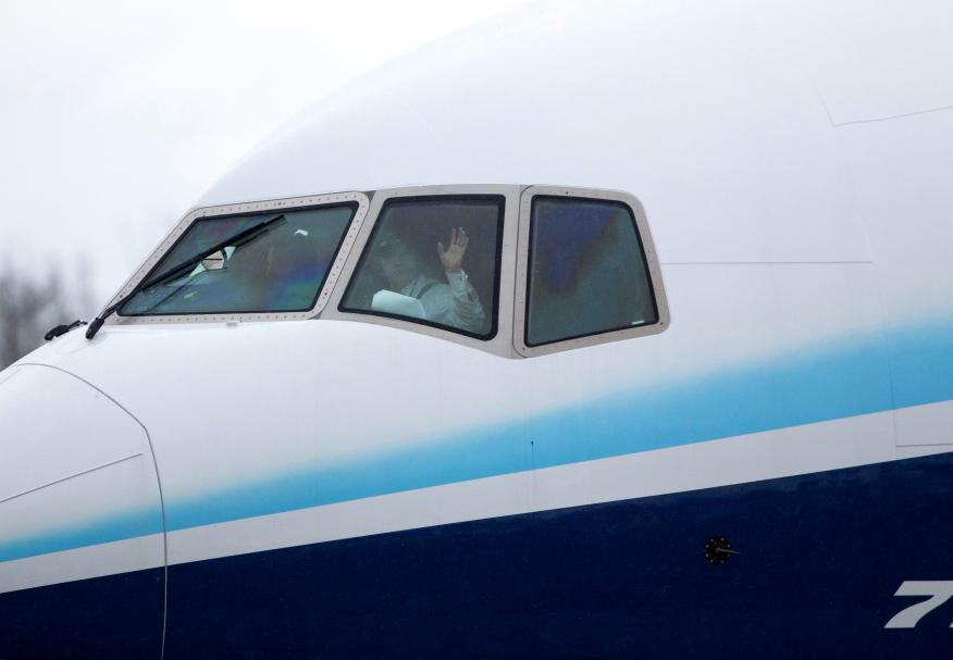 Un piloto saluda desde un Boeing 777X en Everett, Washington, EEUU.