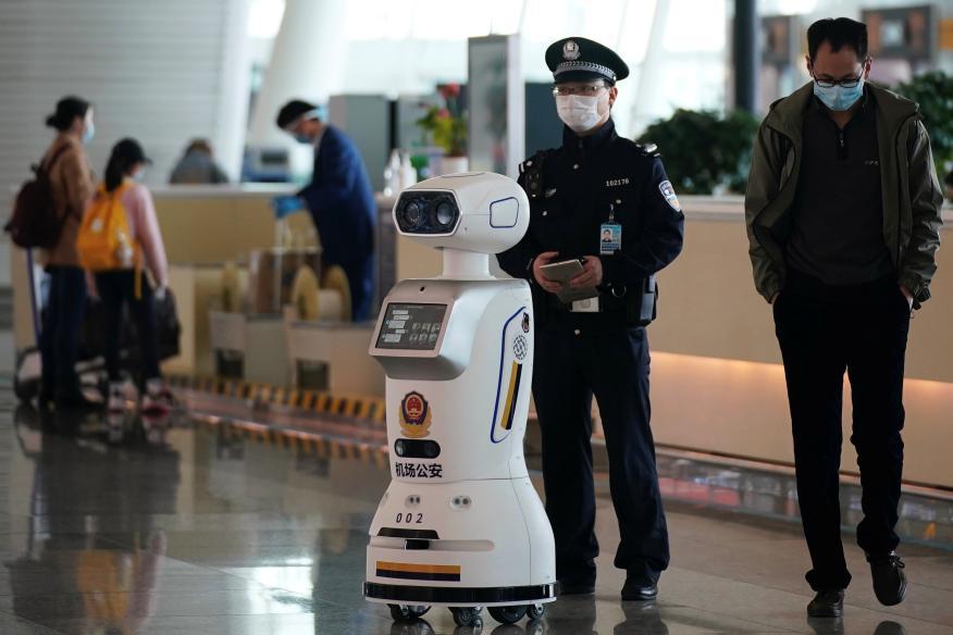 Un robot policía en el aeropuerto de Wuhan, China, durante el coronavirus.