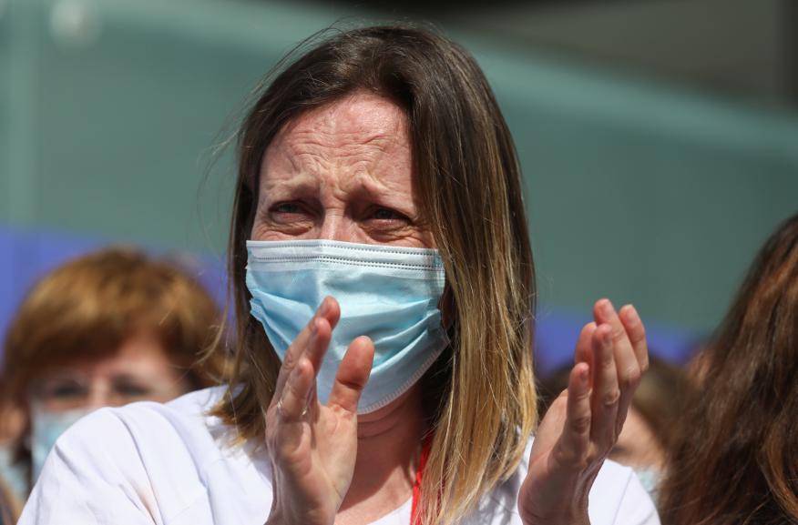 Sanitaria aplaudiendo.