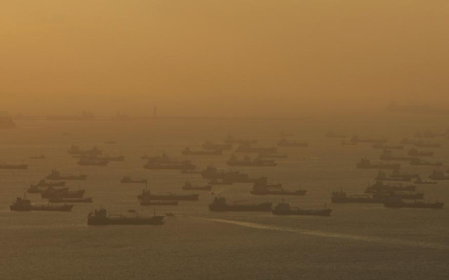 Superpetroleros esperando en fila para entrar en el puerto de Singapur