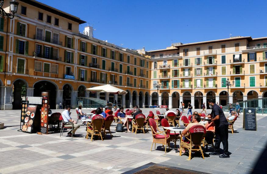 Las terrazas seguirán sin poder abrir en Madrid. En la imagen, una fotografía de un bar de Palma de Mallorca reabierto durante el desconfinamiento.