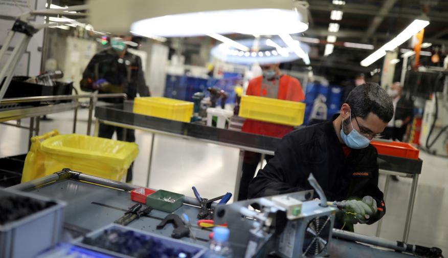 Un trabajador de la fábrica de Seat de Martorell fabrica piezas para respiradores para enfermos de coronavirus