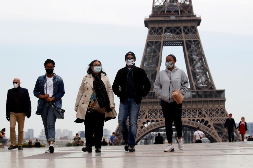 Varias personas pasean por París