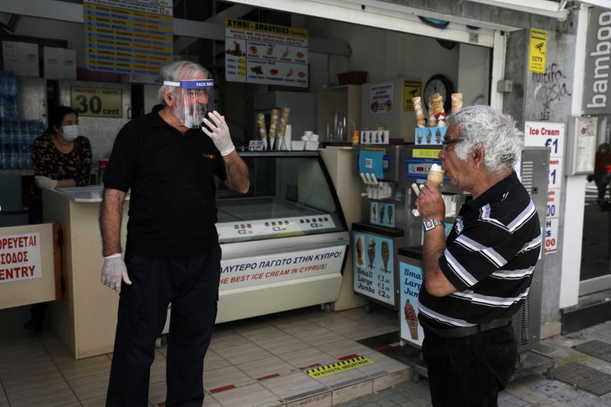Un vendedor de helados en Chipre durante la pandemia del coronavirus.