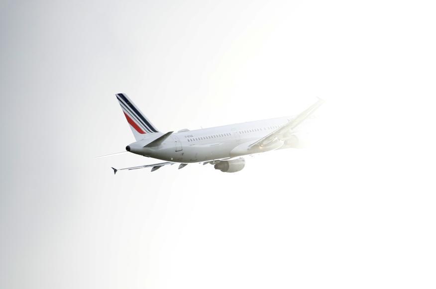 Un avión de Air France entra en la niebla cerca del Aeropuerto de Toulouse-Blagnac, en Francia.