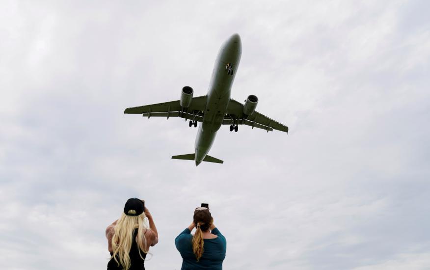 Un avión fotografiado mientras su despegue