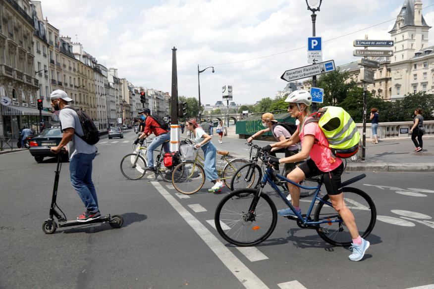 Ciclistas y usuarios de patines en París, en plena pandemia del coronavirus, este junio.