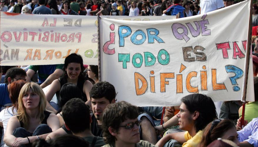 Un grupo de jóvenes durante una sentada contra el encarecimiento de la vivienda en Barcelona.