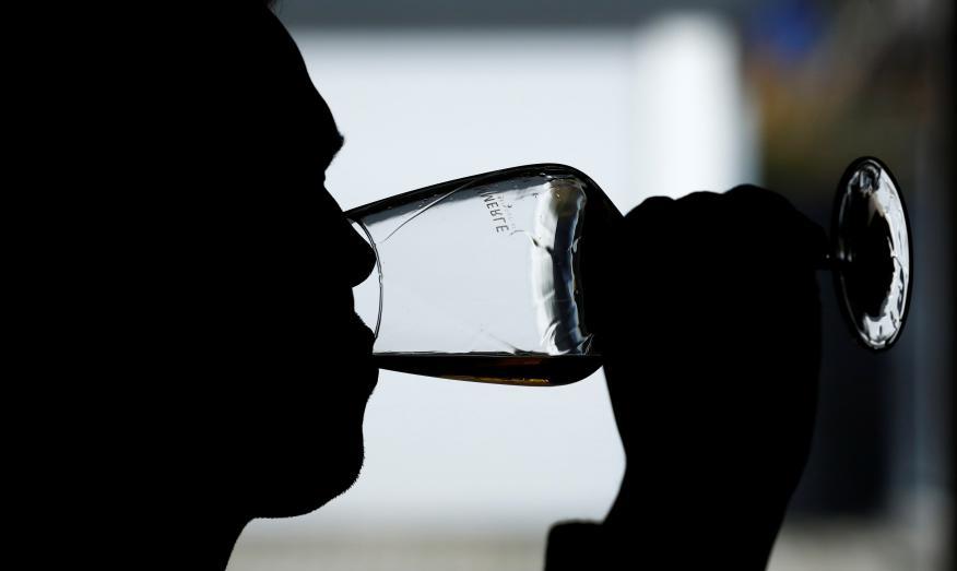 Un hombre prueba una copa de vino