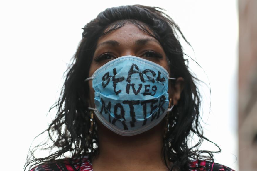 Una manifestante durante las protestas del movimiento 'Black lives matter' en Nueva York tras la muerte de George Floyd..