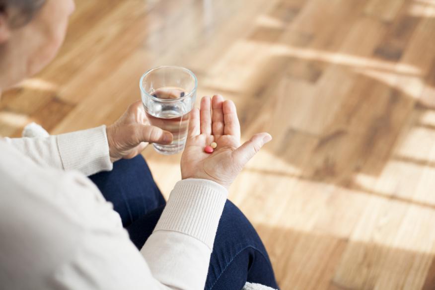 Mujer con unas medicinas