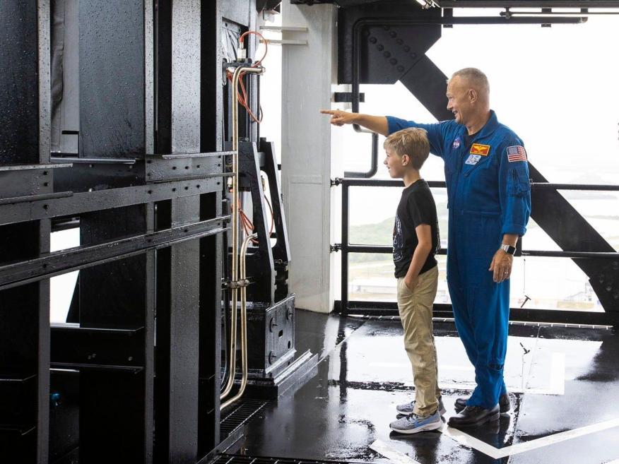 El astronauta de la NASA Doug Hurley muestra a su hijo, Jack, el complejo de lanzamiento 39A en el Centro Espacial Kennedy el 26 de mayo de 2020.