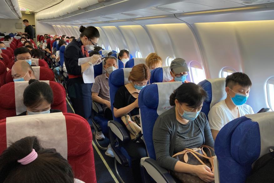 Pasajeros en un avión de la aerolínea China Eastern Airlines en el Aeropuerto Internacional de Shenzhen-Bao'an, en China.