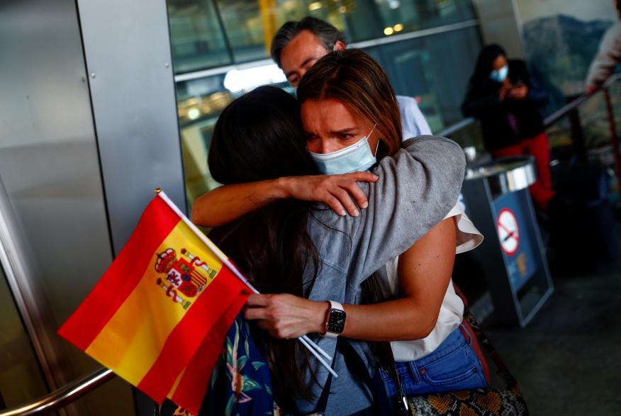 Un reencuentro en el aeropuerto de Barajas tras el fin del estado de alarma por el coronavirus