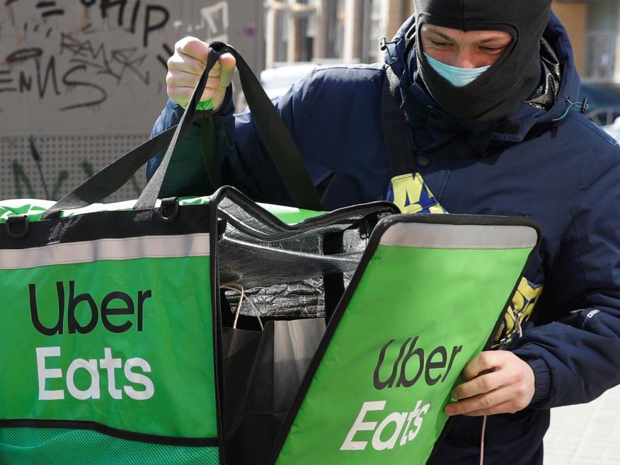 Un repartidor de Uber Eats en Kiev, Ucrania, en plena pandemia.