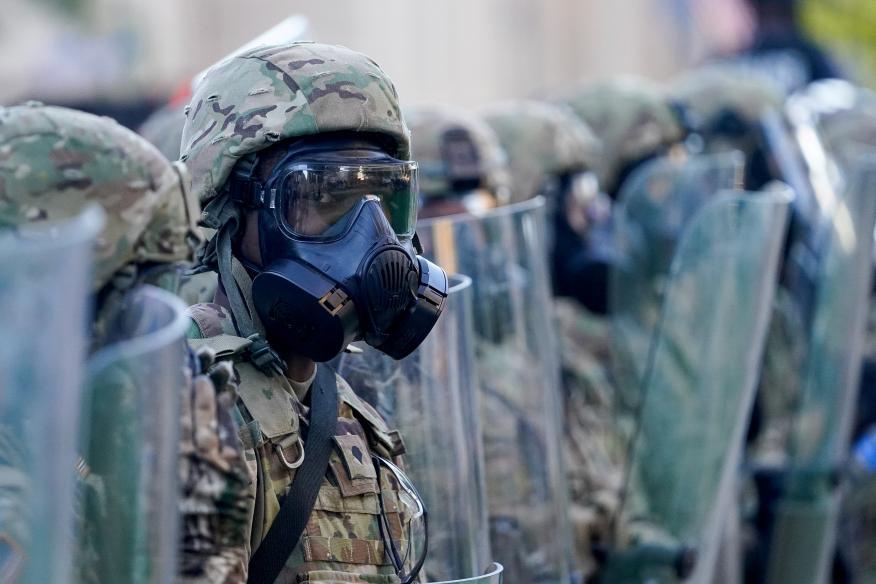 Un soldado de la Guardia Nacional de Estados Unidos durante las protestas en Minneapolis