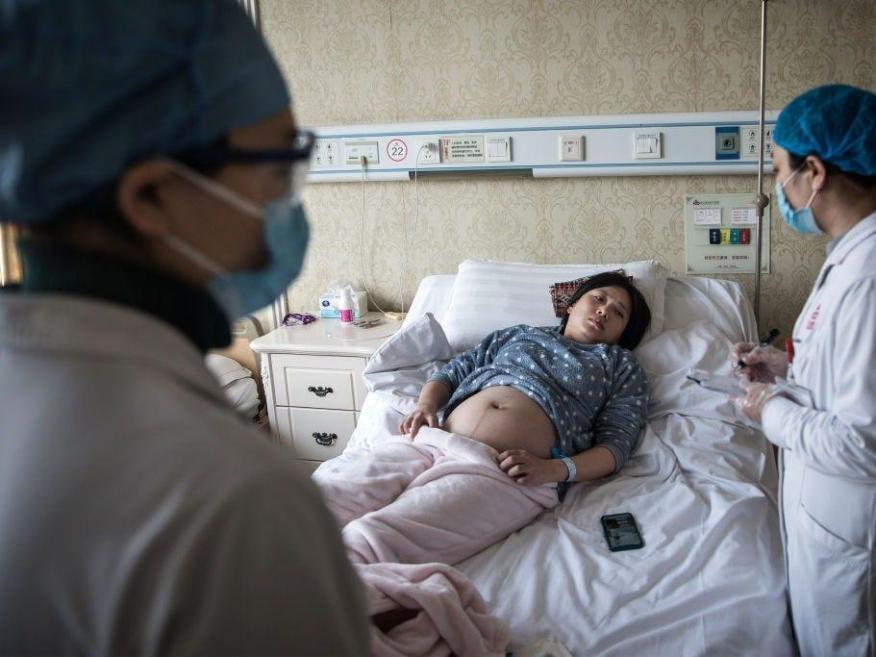 Un médico examina a una mujer embarazada en un hospital obstétrico privado el 19 de febrero de 2020 en Wuhan, Hubei, China.
