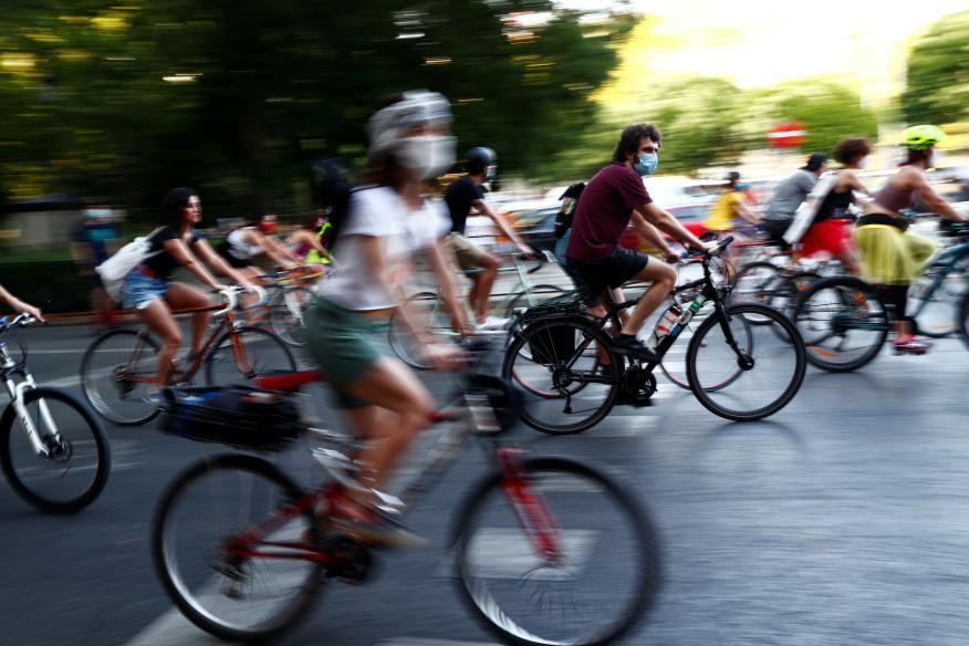 Ciclistas celebran el Orgullo Gay en Madrid, en junio de 2020.