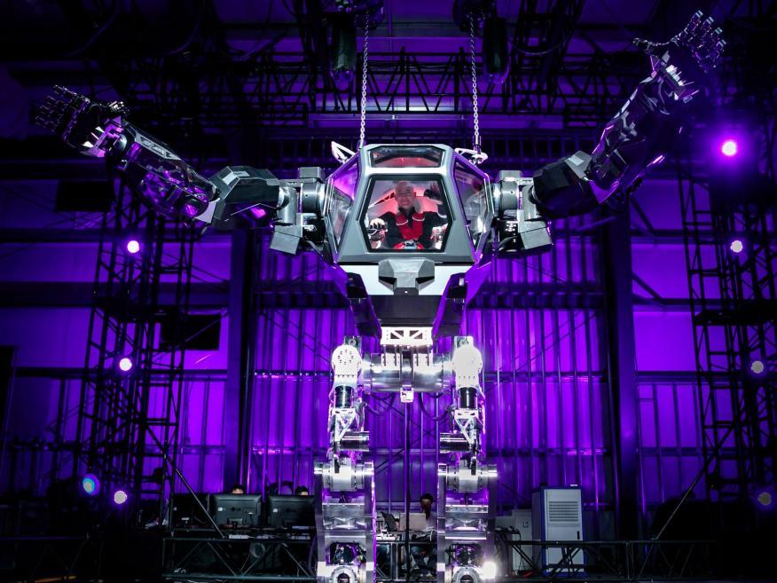 El CEO de Amazon, Jeff Bezos, maneja un robot en la conferencia de Mars