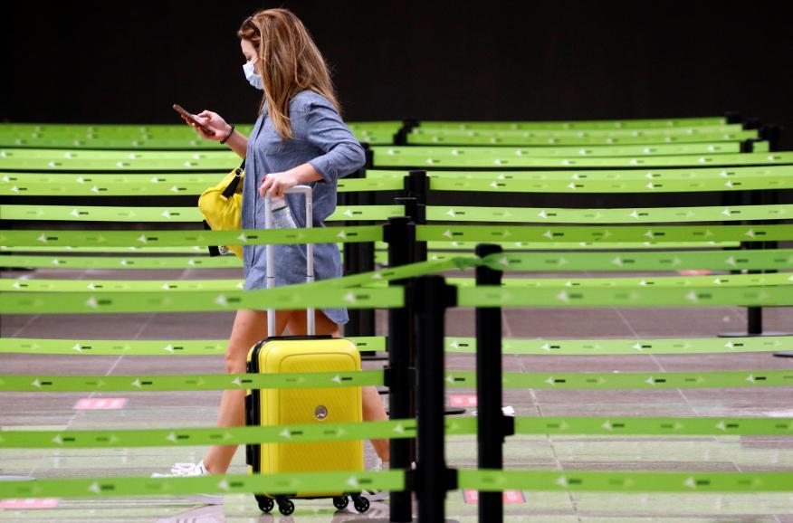Una chica en el aeropuerto de El Prato