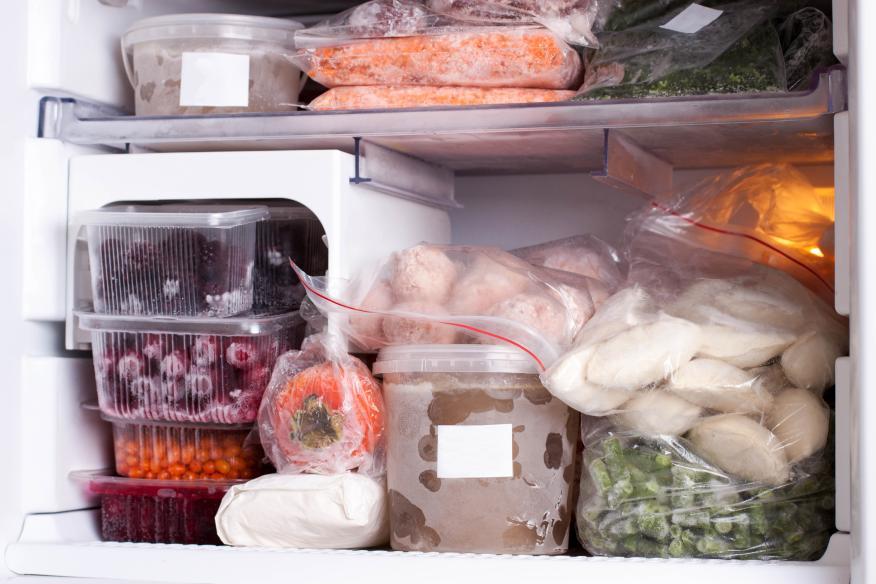 Congelar alimentos.