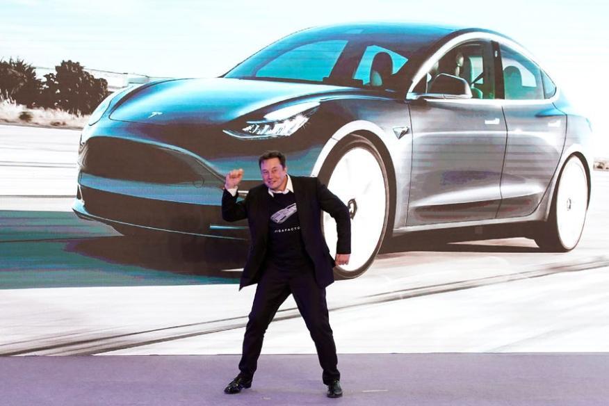 Elon Musk bailando en un evento en la fábrica de Tesla en Shanghai en enero.