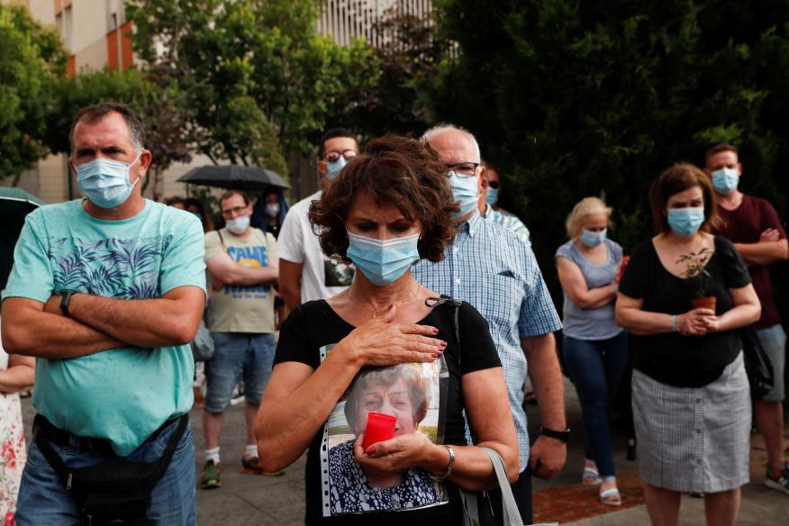 Familiares y amigos en un homenaje a las personas que murieron por la enfermedad del coronavirus (COVID-19), en un hogar de ancianos en Leganés, Madrid.