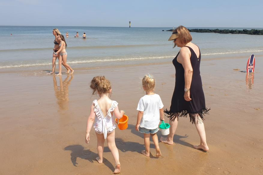 La gente disfruta de un caluroso día de verano en una playa durante el brote de COVID-19 en Knokke-Heist.