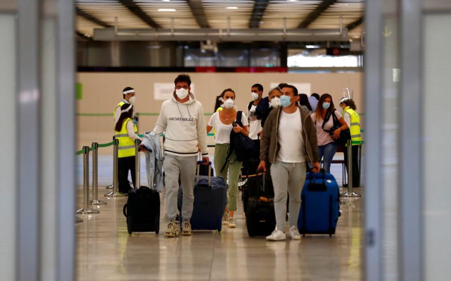 Gente llegando a Madrid en avión