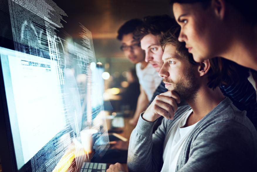 Grupo de personas mirando un ordenador