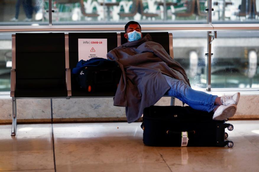 Un hombre en el aeropuerto por la pandemia de coronavirus.